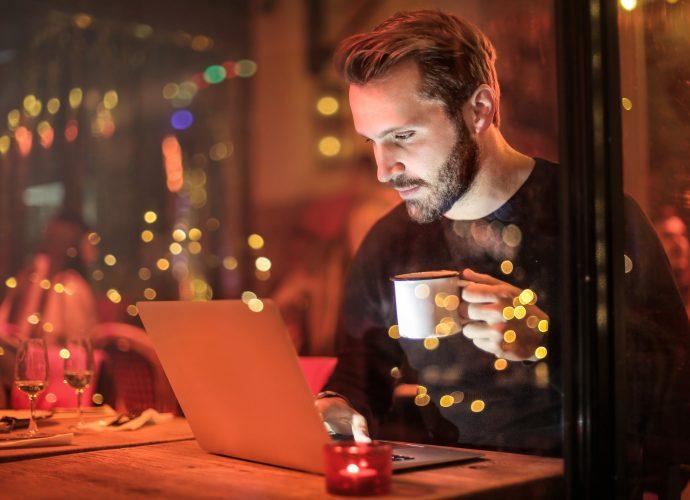 Praca w domu - czy odbierać maile po godzinach?